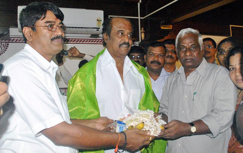 मेंगलोर में अभिनेता रजनीकांत अपने प्रशंसकों के बीच।