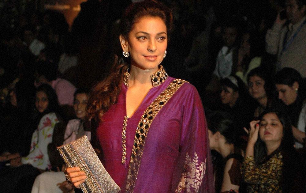मुंबई में लक्मे फैशन वीक के दौरान रैंप पर अभिनेत्री जूही चावला।