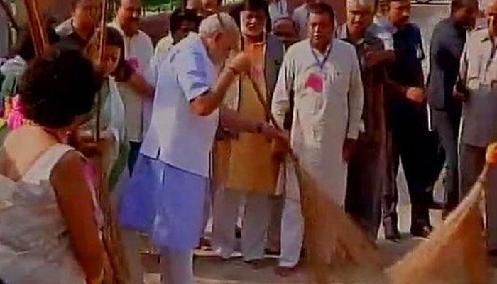LIVE: PM नरेंद्र मोदी ने की स्वच्छ भारत अभियान की शुरुआत, वाल्मीकि बस्ती में लगाई झाड़ू