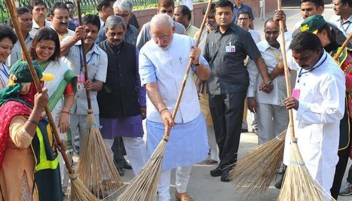 प्रधानमंत्री नरेंद्र मोदी ने झाड़ू लगाकर की 'स्वच्छ भारत' अभियान की शुरुआत, बोले-न मैं गंदगी करूंगा और न ही करने दूंगा