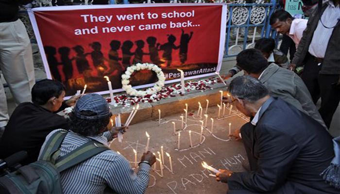 पेशावर आतंकी हमला: मरने वालों की संख्या 148 हुई, शवों को किया गया सुपुर्दे ख़ाक
