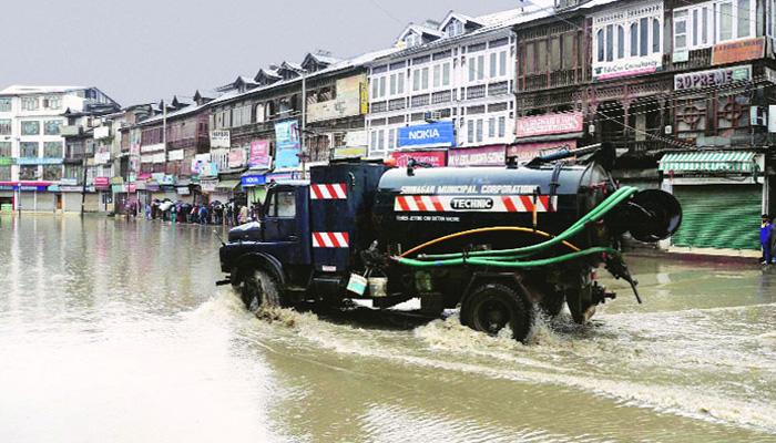 Live: PMमोदी ने बाढ़ की स्थिति का जायजा लेने के लिए उच्च स्तरीय दल को कश्मीर भेजा