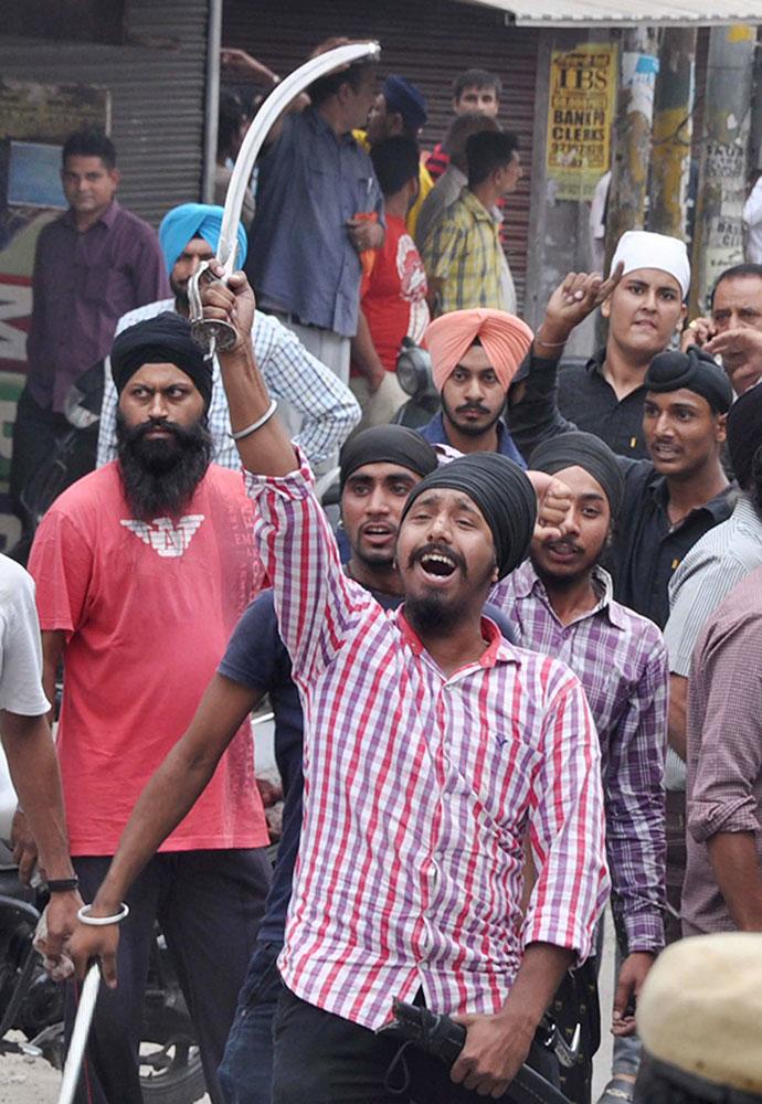 धार्मिक ग्रंथ के अपमान को लेकर जालंधन में विरोध प्रदर्शन करते सिख धर्म के लोग।