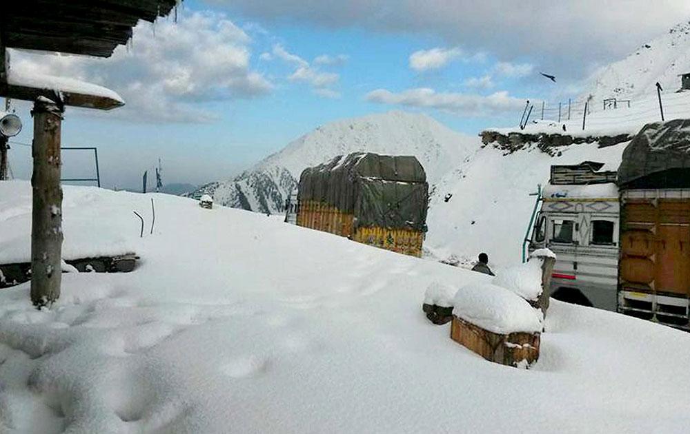 जम्मू कश्मीर के मुगल रोड में सीजन की पहली बर्फबारी के बाद का दृश्य।