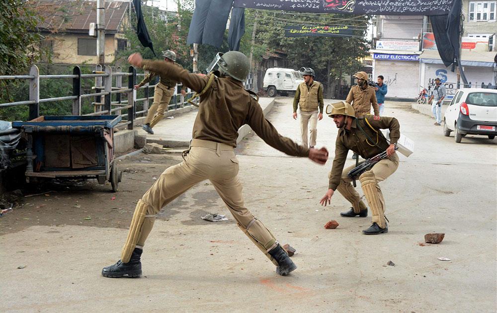 श्रीनगर में JKLF के चेयरमैन यासिन मलिक की गिरफ्तारी के खिलाफ प्रदर्शन करते उनके समर्थक।