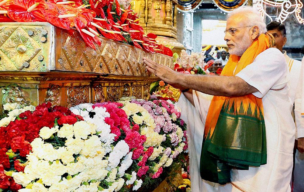 तिरुपति में भगवान वेंकटेश्वर मंदिर में पूजा-अर्चना करते हुए प्रधानमंत्री नरेंद्र मोदी।