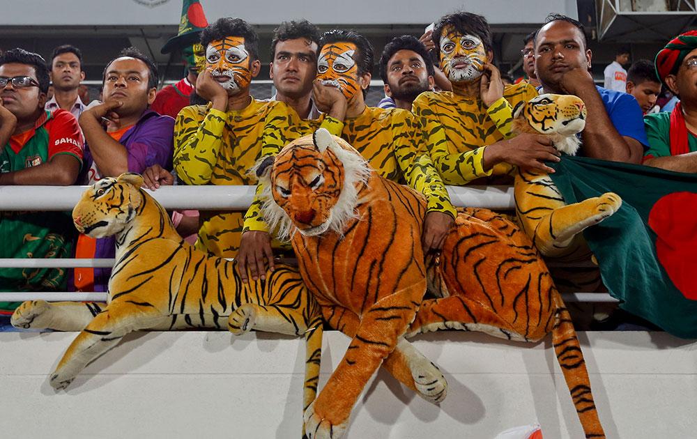 ढाका में भारत और बांग्लादेश के बीच टी20 एशिया कप के फाइनल मैच को देखते हुए बांग्लादेशी फैंस।