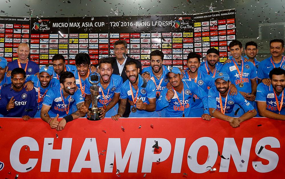 बांग्लादेश को फाइनल में हराकर टी20 एशिया कप जितने के बाद ट्रॉफी के साथ टीम इंडिया के खिलाड़ी।