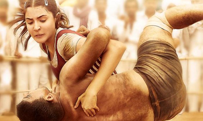 FILM SULTAN: सामने आया अनुष्का शर्मा का दमदार 'लुक', अखाड़े में पहलवान को दिया धोबी पछाड़