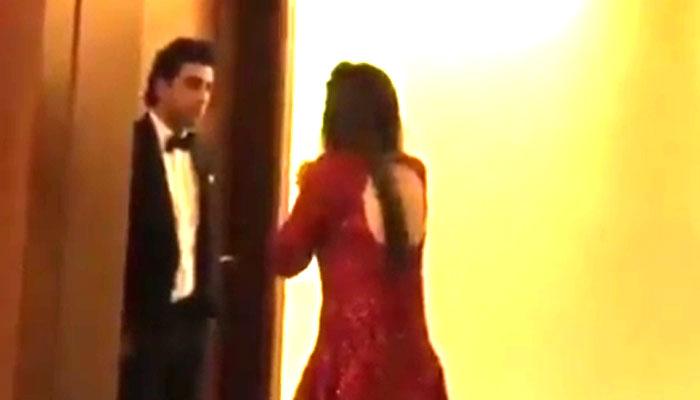 पाकिस्तानी एक्टर माहिरा खान ने क्यों जोड़े रणवीर कपूर के आगे हाथ, देखें ये VIRAL VIDEO