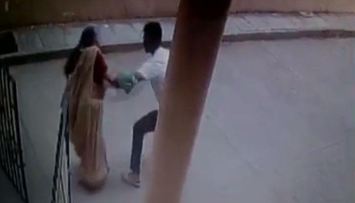 बुजुर्ग महिला की चेन खींचकर बाइक सवार के साथ भाग गया चोर, CCTV VIDEO