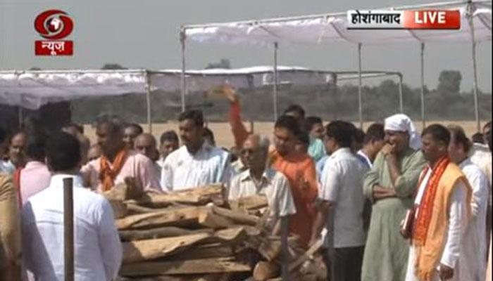 नर्मदा किनारे पंचतत्व में विलीन हुए अनिल माधव दवे, मुख्यमंत्री चौहान ने दिया अर्थी को कंधा