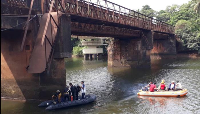 गोवा पुल हादसा: तलाशी अभियान जारी, 2 की मौत, 14 लोगों को बचाया गया