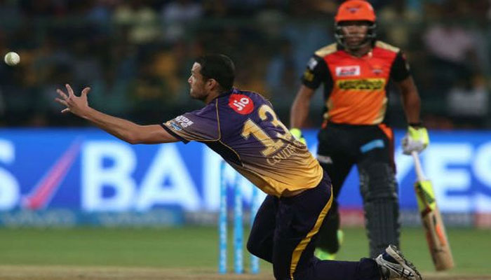 VIDEO: दाएं हाथ से गेंद डाली और बाएं से लपका शानदार कैच, देखता रह गया बल्लेबाज