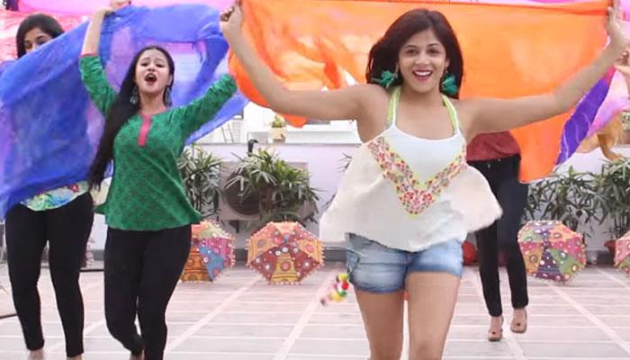 वायरल हो रहा 'बद्रीनाथ की दुल्हनिया' पर इन लड़कियों का डांस, Video देख आप भी थिरकने लगेंगे