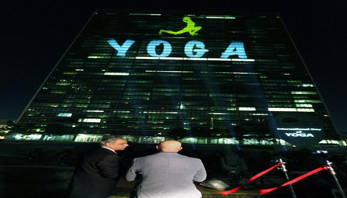 अंतरराष्ट्रीय योग दिवस : UN हेडक्वार्टर पर रोशनियों से लिखा नजर आया 'YOGA'