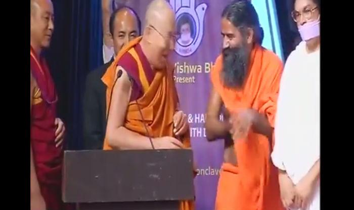 VIDEO: जब दलाई लामा ने खींची बाबा रामदेव की दाढ़ी और पेट में कर दी गुदगुदी