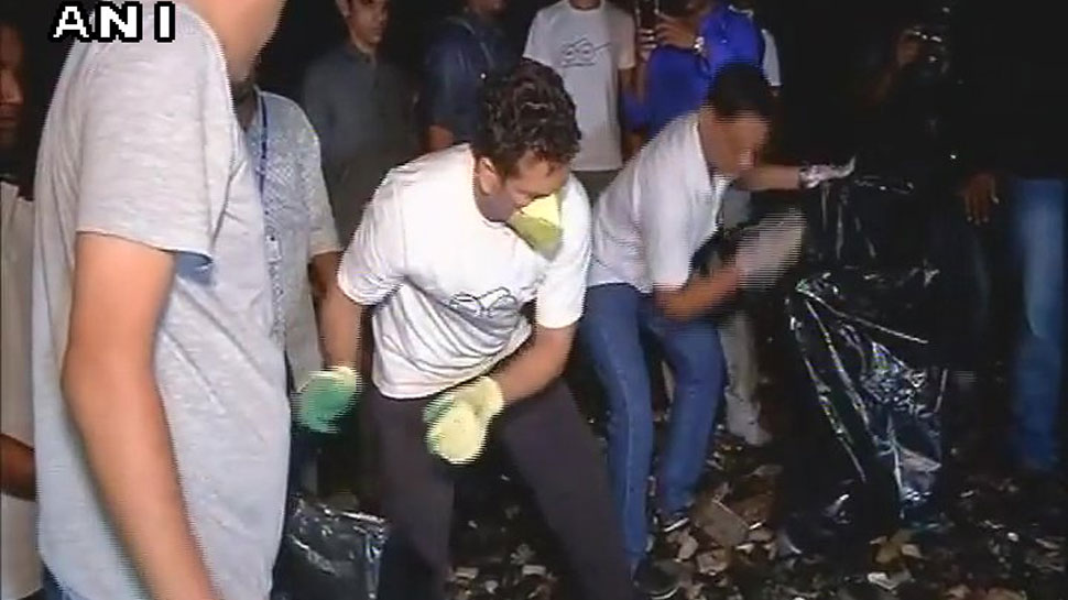 Sachin Tendulkar ,Swachhata Seva campaign ,mumbai ,Narendra Modi,बल्ला,हाथ,झाड़ू,मुंबई,लोग,स्वच्छता,अपील