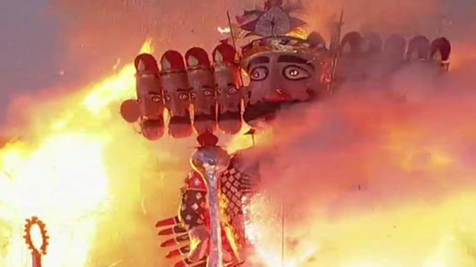 असत्य पर सत्य की जीत : पीएम मोदी ने बाण चलाकर किया रावण के पुतले का दहन
