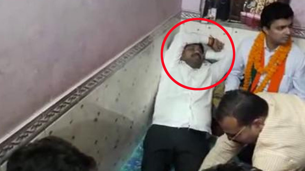 VIDEO: BJP कार्यकर्ताओं से मसाज कराते दिखे यूपी के मंत्री नंद गोपाल नंदी