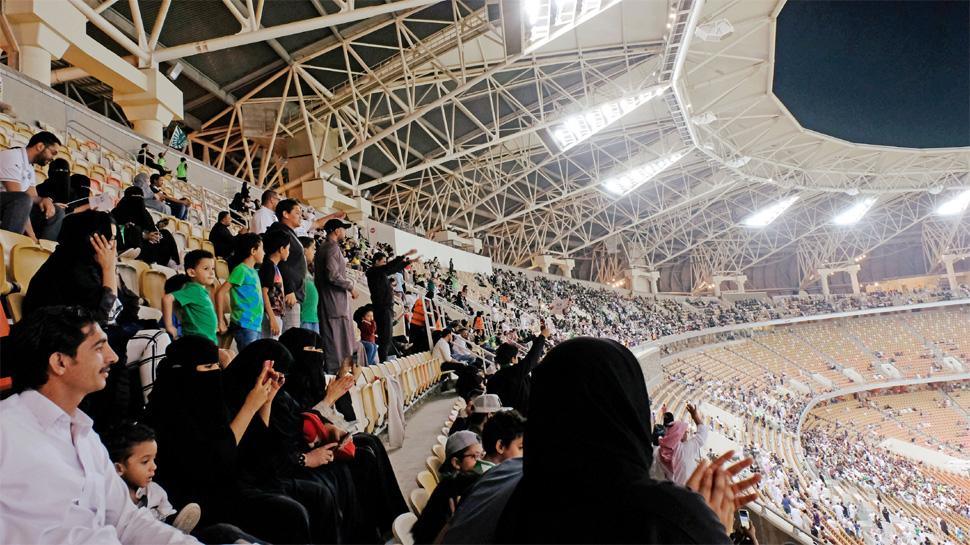 सऊदी अरबः पहली बार स्टेडियम में फुटबॉल मैच देखने पहुंची महिलाएं, जमकर ली सेल्फी..