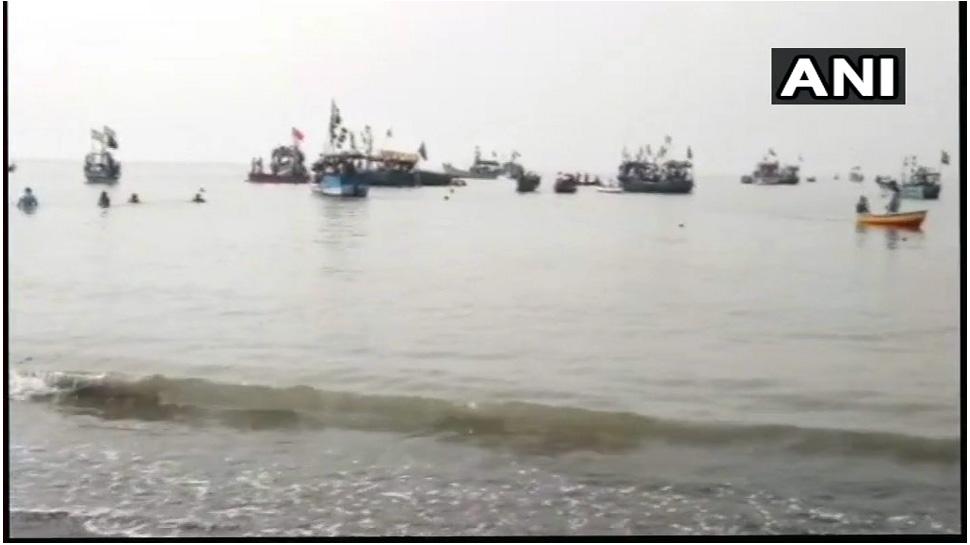 महाराष्ट्र: स्कूली बच्चों से भरी नाव समुद्र में पलटी, 4 बच्चों की मौत, 32 को बचाया गया
