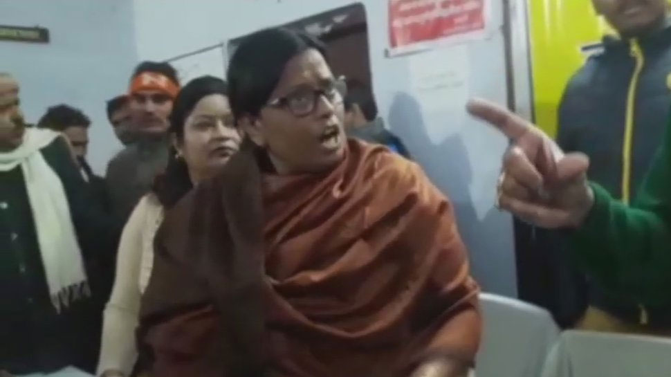 यूपी में BJP सांसद और विधायक के बीच सरेआम 'तू तू-मैं मैं', चप्पल निकालने की आई नौबत