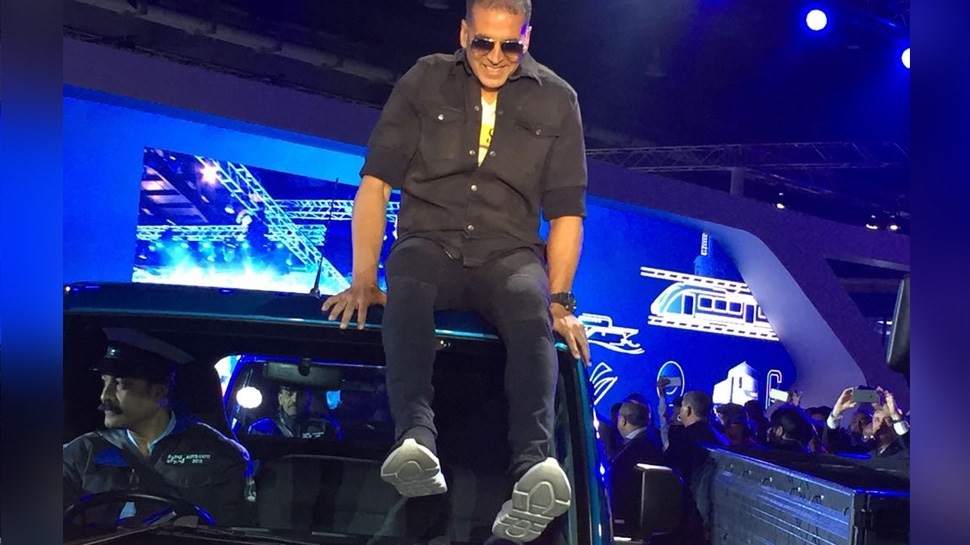 akshay kumar launching commercial vehical tata intra in auto expo