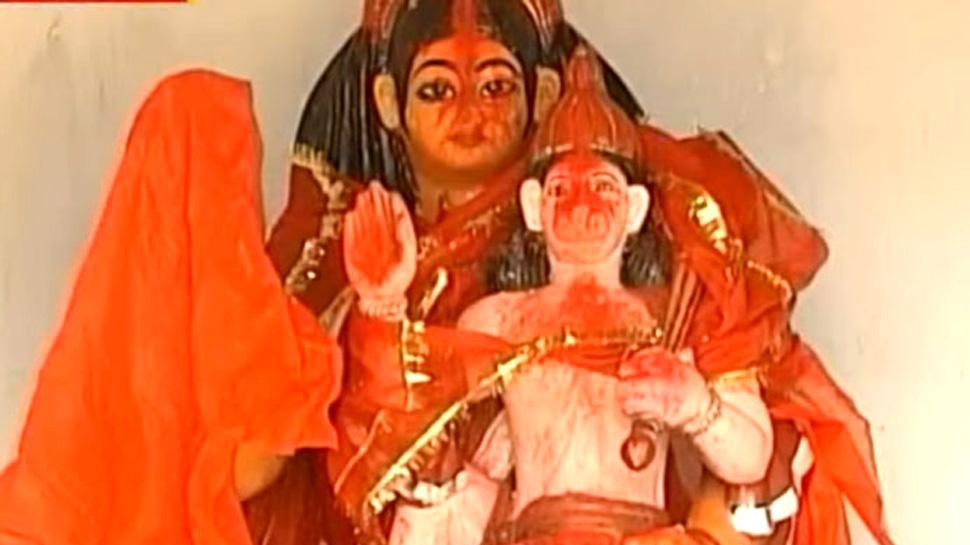 बलिया: खेत में लगी भगवान हनुमान की प्रतिमा के साथ तोड़फोड़, मूर्ति पर पोस्टर भी चिपकाया