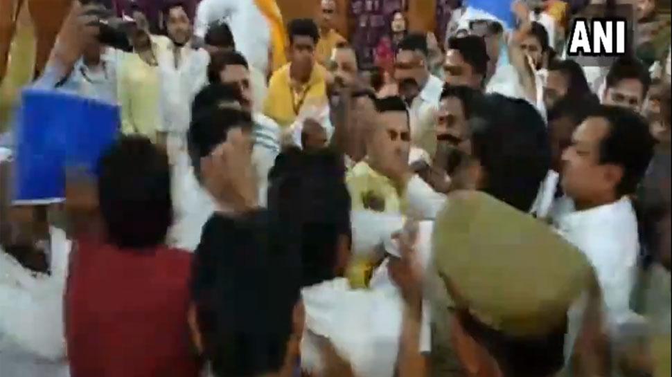 VIDEO: मेरठ नगर निगम में बोर्ड की बैठक के दौरान BJP-BSP पार्षदों के बीच चले लात-घूंसे