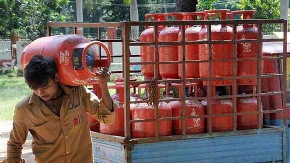 महंगाई की दोहरी मार! पेट्रोल-डीजल के बाद LPG के दाम भी बढ़े, जानें कितना महंगा हुआ सिलेंडर