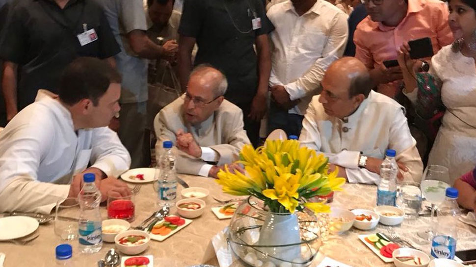 राहुल गांधी की इफ्तार पार्टी में पहुंचे प्रणब मुखर्जी, नकवी की पार्टी में रविशंकर-राजनाथ