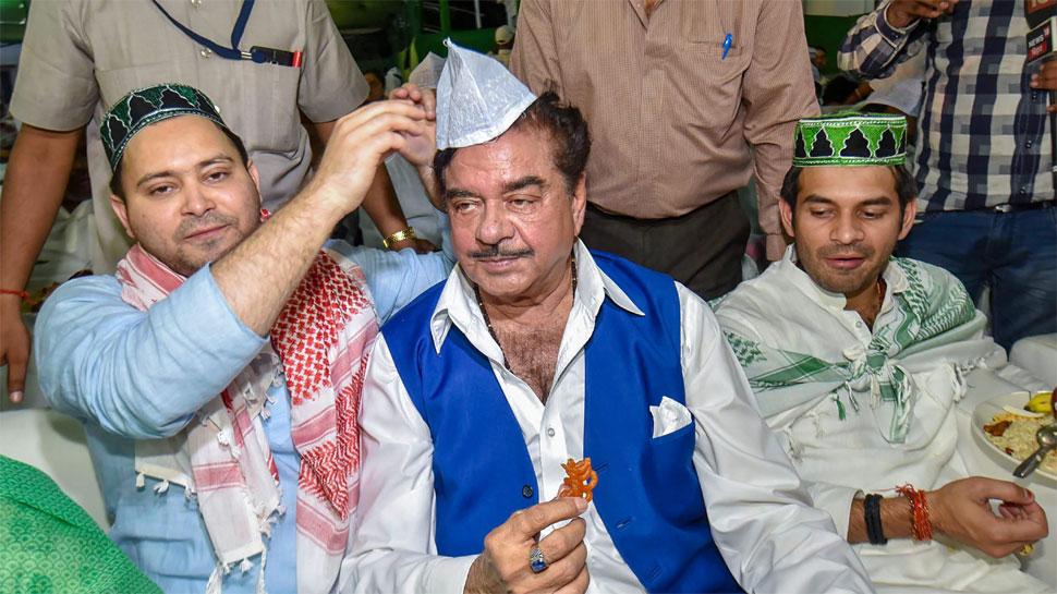 शत्रुघ्न सिन्हा JDU की जगह RJD की इफ्तार पार्टी में पहुंचे, तेजस्वी ने पहनाई टोपी