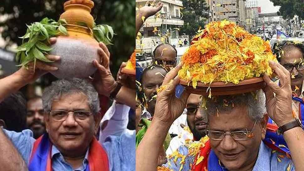 कम्युनिस्ट नेता सीताराम येचुरी सिर पर रखकर निकले कलश, तस्वीर वायरल