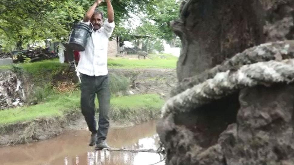 MP: रस्सियों के सहारे जान-जोखिम डालकर नाला पार करने को मजबूर हैं ग्रामीण