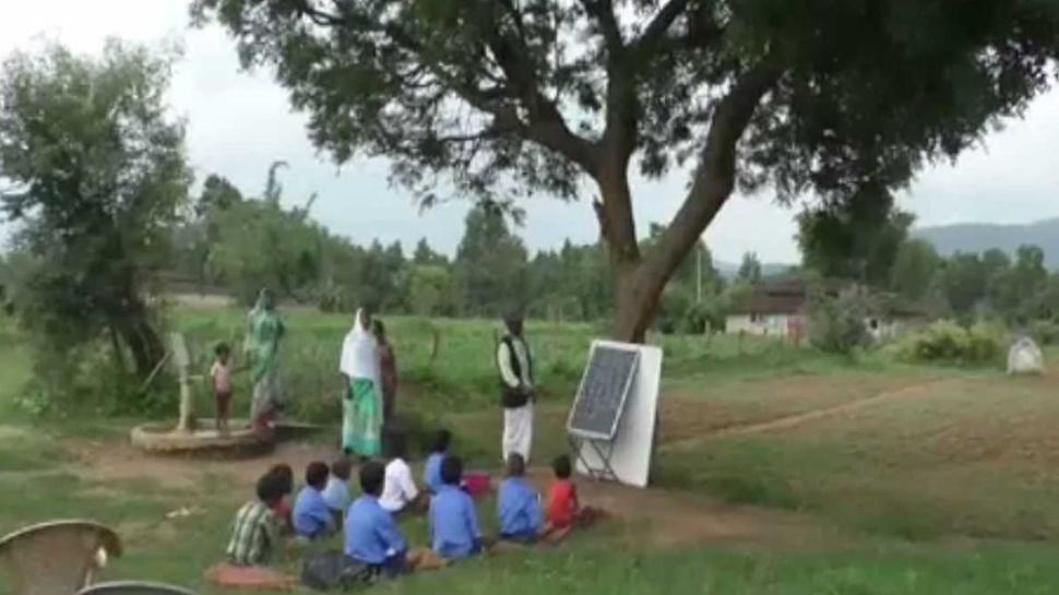 छगः यहां सालों से पेड़ के नीचे लग रही है बच्चों की क्लास