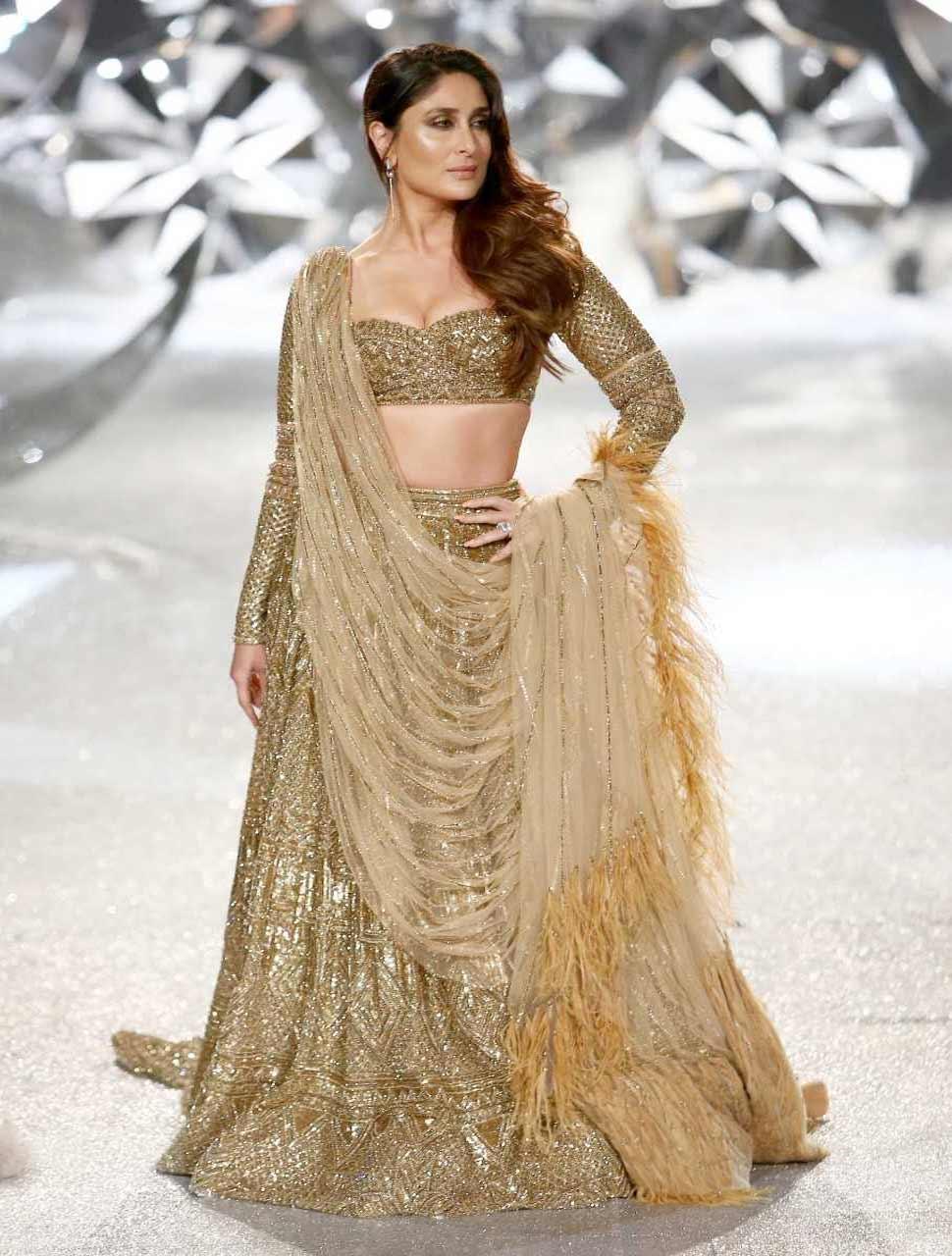kareena kapoor khan walks at india couture week 2018