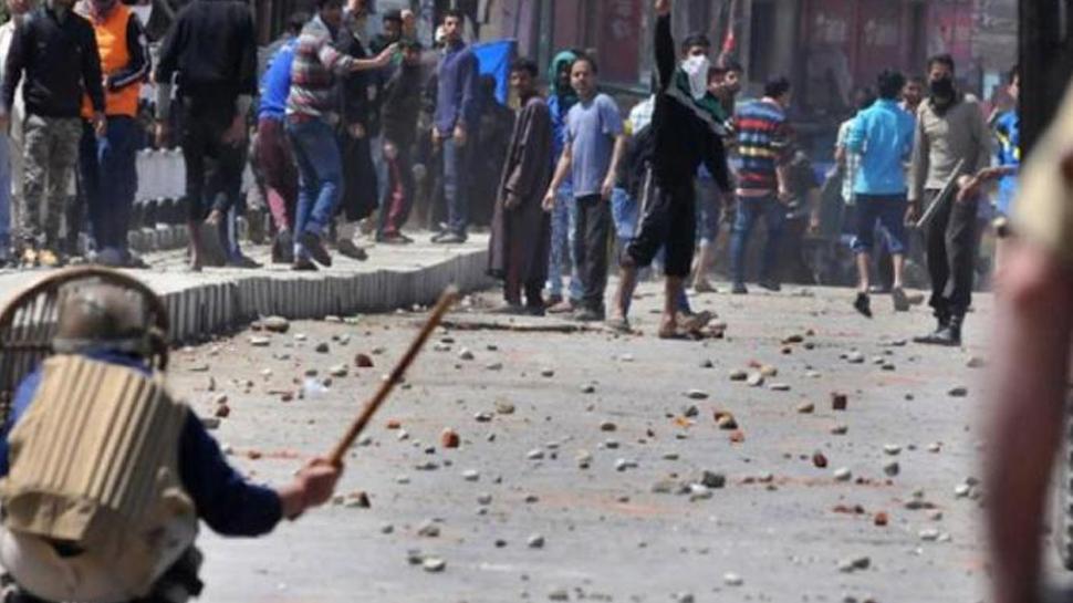 जम्मू-कश्मीरः सुरक्षा बल और पथराव दलों के बीच झड़प, 10 घायल