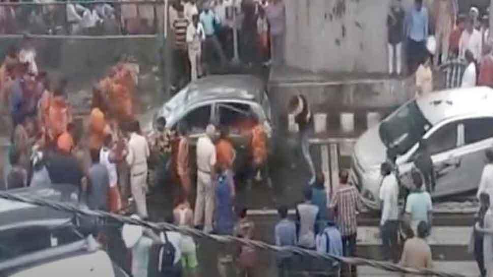 VIDEO : दिल्ली में कावड़ियों की गुंडागर्दी, बीच सड़क तोड़फोड़ के बाद पलट दी कार