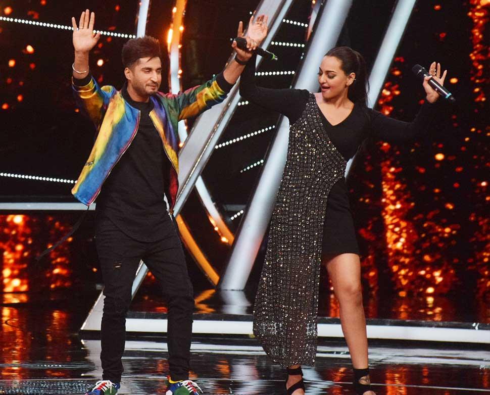 Sonakshi Sinha Promotes her upcoming Film Happy phir bhaag jayegi on Indian Idol 10