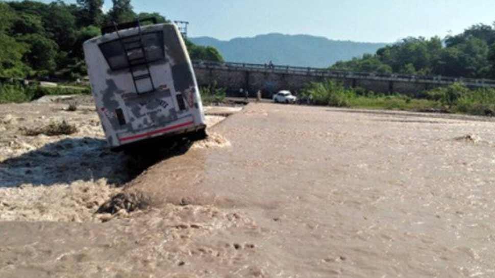 ऋषिकेश: उफनती बीन नदी में यात्रियों से भरी बस पलटी