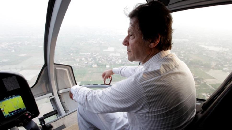 इमरान खान सरकारी आवास से हेलीकॉप्टर से जाते हैं घर, सोशल मीडिया पर उड़ा मजाक