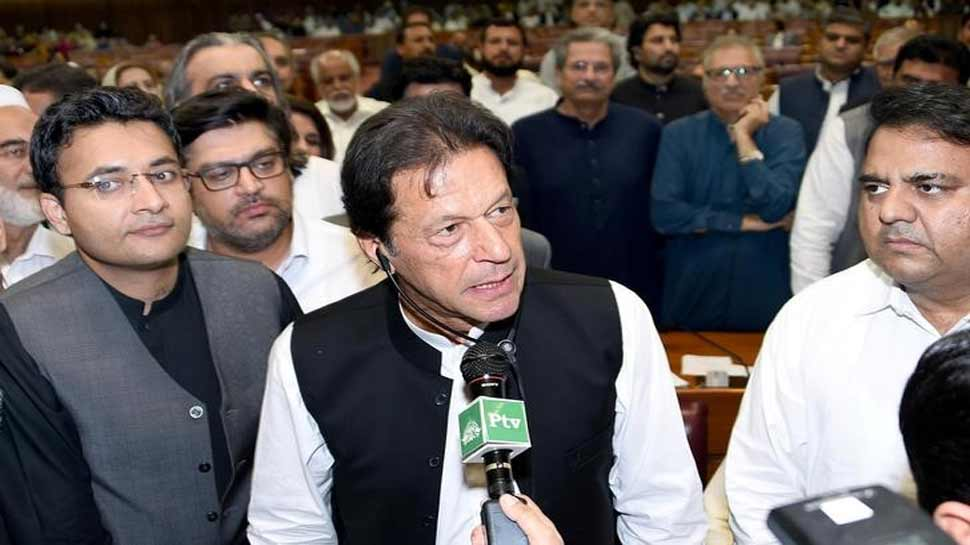 इमरान खान को झटका, करीबी सहयोगी ने भ्रष्टाचार का मामला दर्ज होने के बाद छोड़ा पद