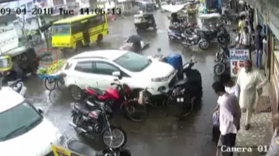 सागरः ड्राइवर की लापरवाही से ऑटो से गिरा बच्चा, बस के नीचे आया