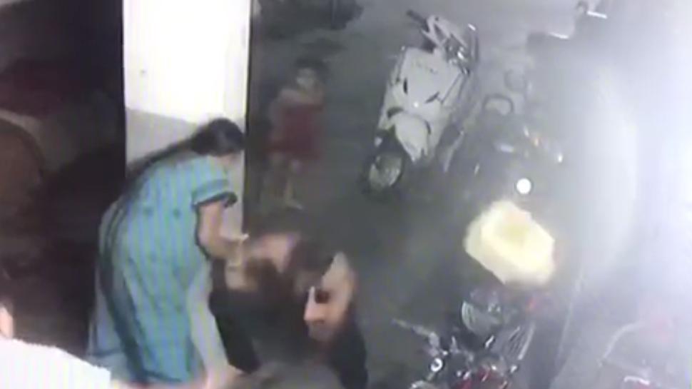 इंदौरः गाड़ी में स्क्रैच लगने पर गर्भवती महिला के पेट में मारी लात, बच्चे की मौत