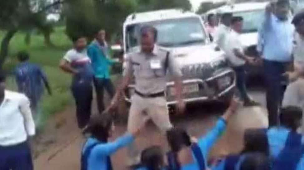 छत्तीसगढ़: स्कूली बच्चे CM से कर रहे थे सड़क की मांग, गुस्साए एसडीएम ने कर दिया लाठीचार्ज