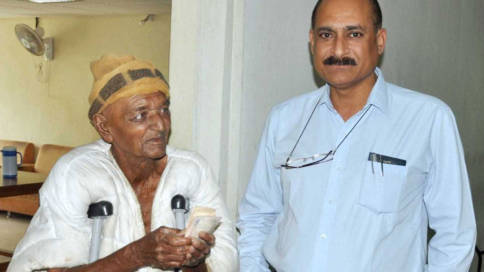गुजरात: अपने आप में अनोखा है यह भिखारी, दान में मिले पैसों से करता है गरीब बच्चों की मदद