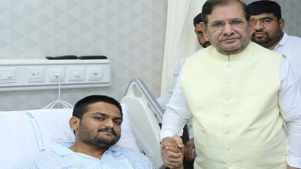 अस्पताल में हार्दिक का अनशन जारी, शरद की अपील, 'पानी और खाना लेना शुरू कर दें'