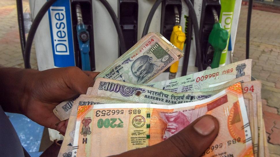 BJP का मनमोहन सिंह पर पलटवार, 'कांग्रेस ने पेट्रोल का बोझ बच्चों पर डाला, हमने उसे उतारा'