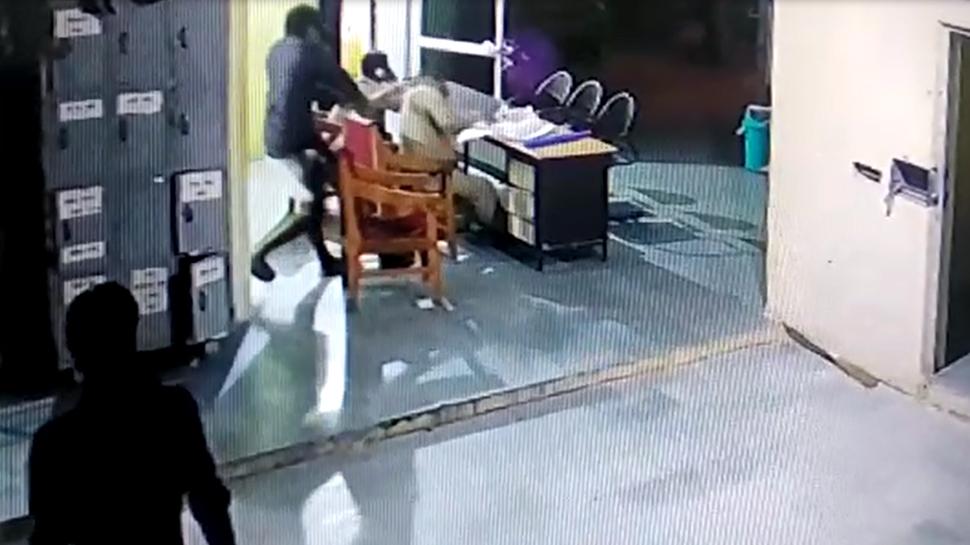VIDEO: थाने में बंद आरोपियों ने पुलिसकर्मियों पर किया हमला, दो घायल